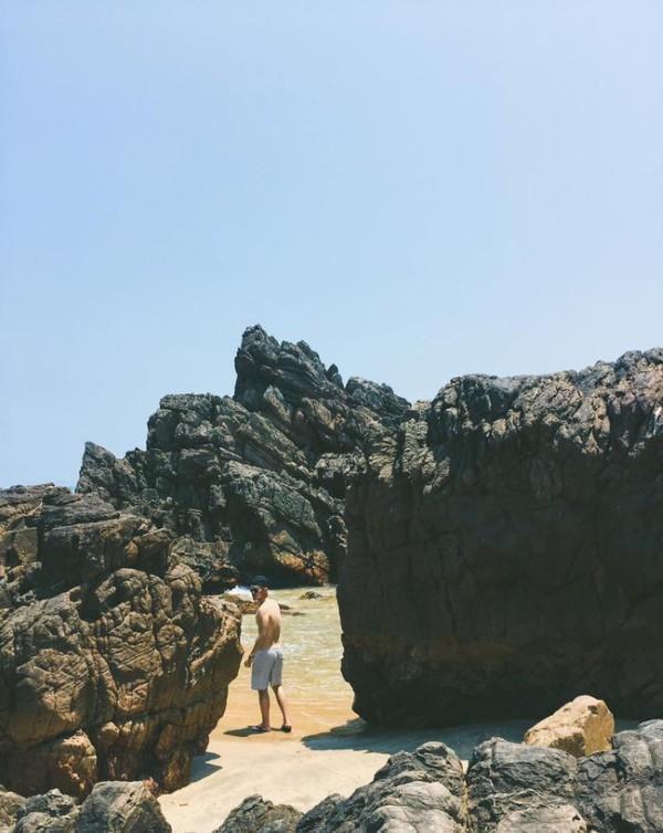 Len lỏi vào bãi đá - Ảnh: Song Bình