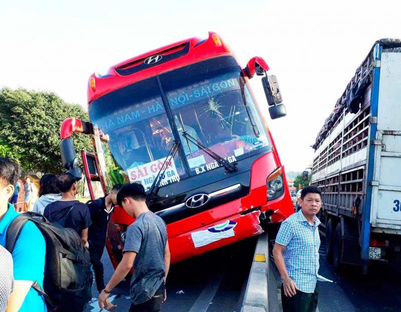 Xe khách đánh lái để tránh xe đạp nên lao lên dải phân cách.