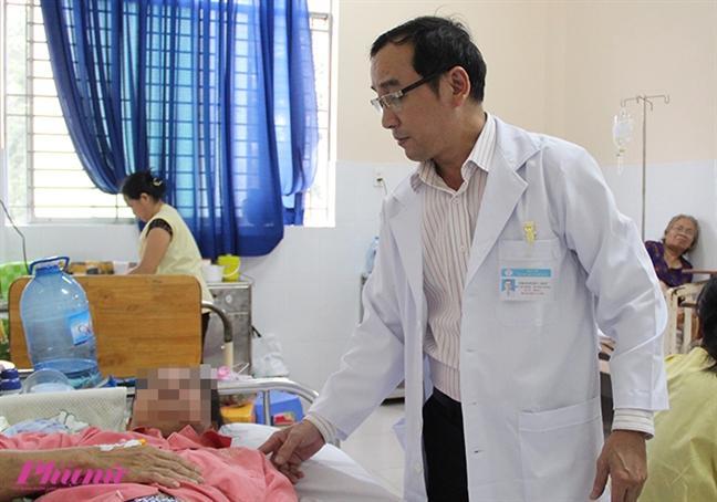 Bác sĩ Ngô Đức Hiệp cho biết, chị D. còn phải đối mặt với nhiều cuộc phẫu thuật để lấy silicon và giúp chị thoát khỏi biến chứng nguy hiểm.