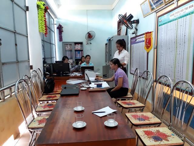 Phía trong phòng chung của các cô, từ hiệu trưởng, hiệu phó đến nhân viên