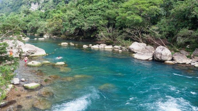 Từ thành phố Ðồng Hới tỉnh Quảng Bình, đi theo nhánh đông đường Hồ Chí Minh về phía bắc khoảng 60km, bạn sẽ gặp ngã ba Khe Gát. Rẽ tiếp theo nhánh tây, đi thêm khoảng 5km, du khách sẽ đến với suối Nước Moọc. (Ảnh: internet)
