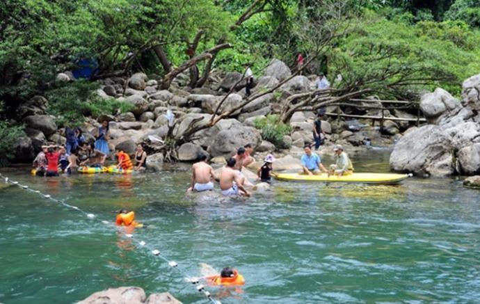 Đến suối nước Moọc, đừng quên mang theo đồ tắm để có thể thả mình vào trong dòng suối mát lành. (Ảnh: internet)