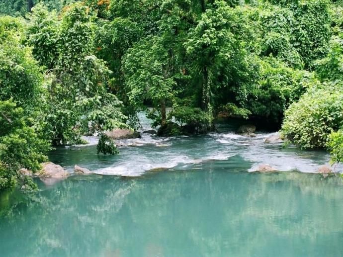 Làn nước trong xanh như ngọc bích cùng vẻ đẹp hoang sơ, suối nước Moọc đang là nơi thu hút rất nhiều du khách trong những ngày nóng nực. (Ảnh: internet)