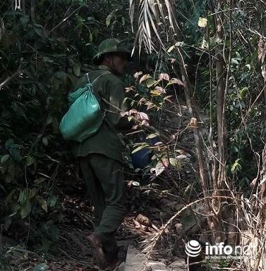 Anh M ở xã Xuân Trạch đang trên đường vào rừng để bẫy chim.