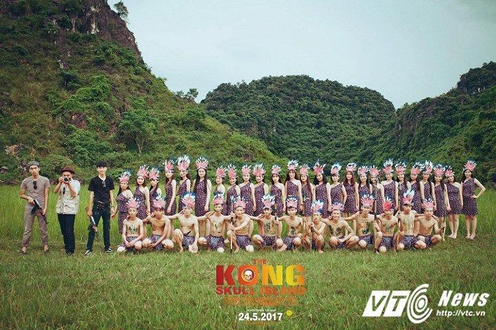 Việc các cô cậu học sinh hóa thân thành những thổ dân trong Kong  SKULL ISLAND khiến nhiều người phì cười. (Ảnh Phan Cả)