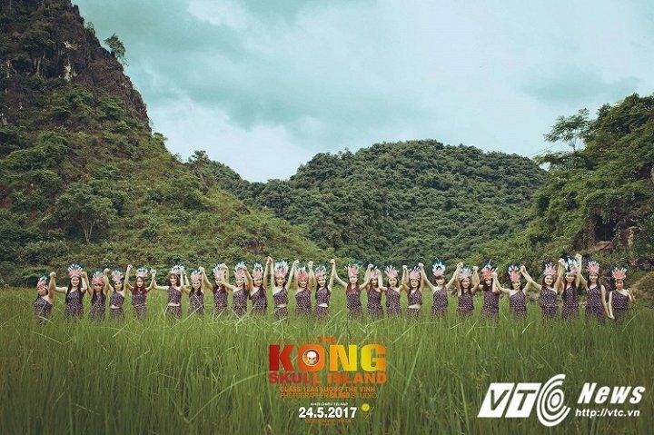 Những học sinh nữ xinh đẹp hóa thân thành những nữ thổ dân khoe sắc bên núi rừng. (Ảnh Phan Cả)
