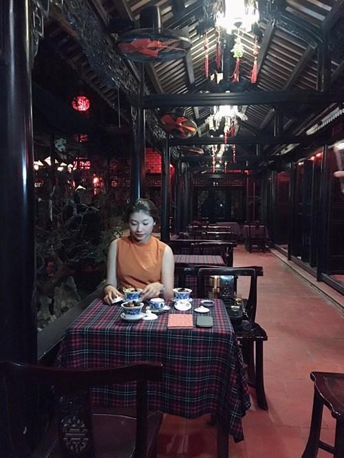 Đến Huế bạn đừng bỏ qua các quán trà cung đình, thưởng thức một loại trà quý và nhâm nhi một chiếc bánh đậu xanh. Ảnh: Phương Ngân Trịnh
