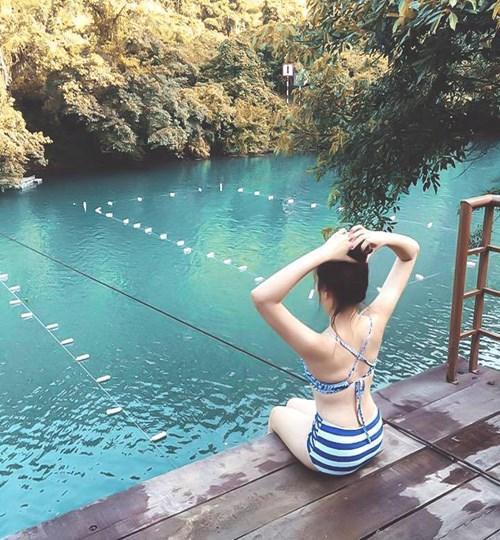 Sông Chày là con sông được khởi tạo từ vùng núi đá vôi ở Phong Nha – Kẻ Bàng, vì vậy, đập vào mắt bạn sẽ là 1 màu xanh ngọc bích cực đẹp, như ai đã đổ cả bảng màu lên đó vậy. Ảnh: Phương Ngân Trịnh