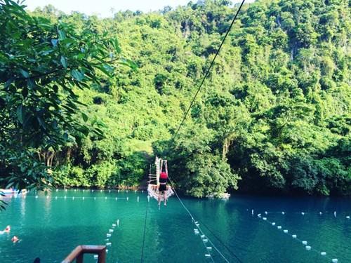 Bạn thích cảm giác mạo hiểm có thể nhảy xuống từ zipline (một hình thức đu dây) để thả mình vào làn nước mát lạnh, tham gia các trò chơi dưới nước hay chèo thuyền kayak để ngắm khung cảnh thơ mộng. Ảnh: Phương Ngân Trịnh