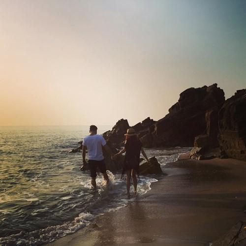 Cầm tay nhau đón bình minh tại bãi Nhảy, tản bộ chân trần trên biển, lắng nghe tiếng sóng vỗ vào đá, hít hà hương gió biển để thấy tâm hồn đầy bình yên. Ảnh: Phương Ngân Trịnh