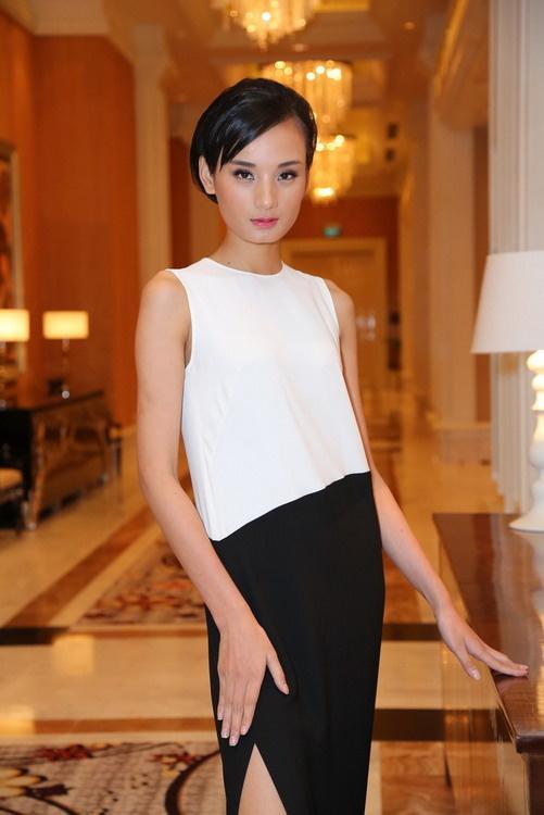 Dưới sự dìu dắt của nhà thiết kế Đỗ Mạnh Cường, Lê Thúy trở thành cái tên gây chú ý của làng mốt. Cô thường xuyên diện những bộ cánh tối giản khi xuất hiện trước công chúng.