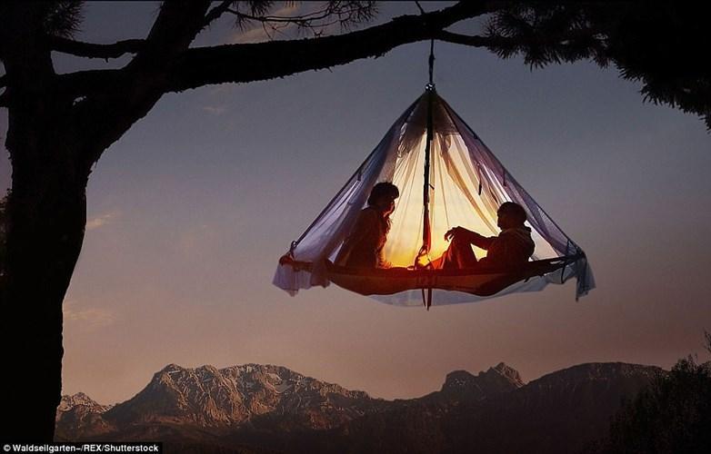 """Nằm sâu trong dãy núi Alps của Đức, khu cắm trại Waldseilgarten Hollschlucht chuyên cung cấp cho du khách dịch vụ cắm trại trên cây. Tại đây, du khách sẽ """"lơ lửng"""" trên những tổ kén."""