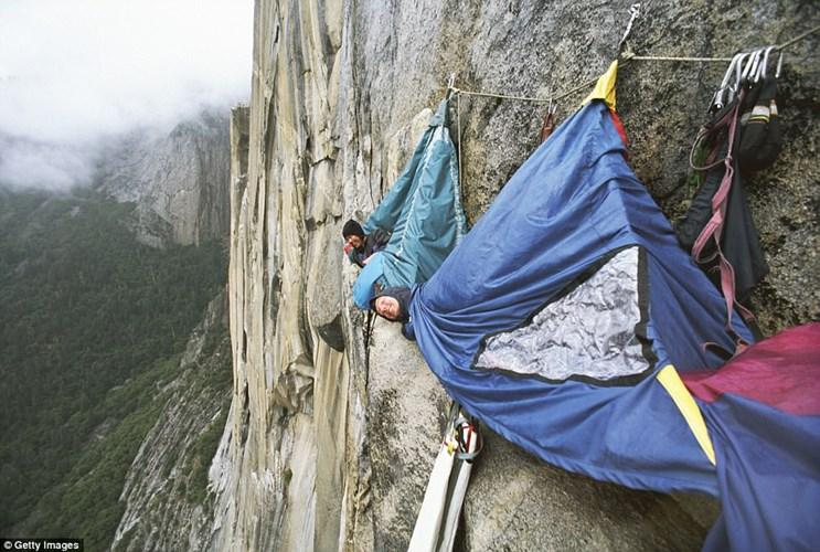 Những người thích mạo hiểm có thể đến công viên Quốc gia Yosemite của California, Mỹ, để trải nghiệm nằm giữa lều trại lơ lửng trên vách đá.