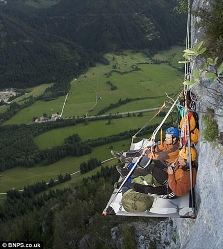 Du khách có thể trải nghiệm nằm trong trại được dựng ngay tại vách đá ở dãy núi Alps của Đức.