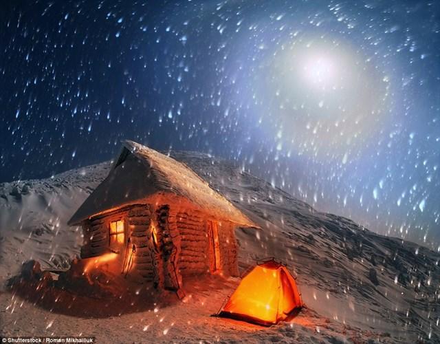 Du khách ưa mạo hiểm có thể leo lên ngọn núi cao nhất ở Ukraine là Hoverla. Tại đây, họ sẽ tìm chỗ trú ẩn trong những khu lều và ngắm nhìn vẻ đẹp của dải ngân hà khi màn đêm buông xuống.