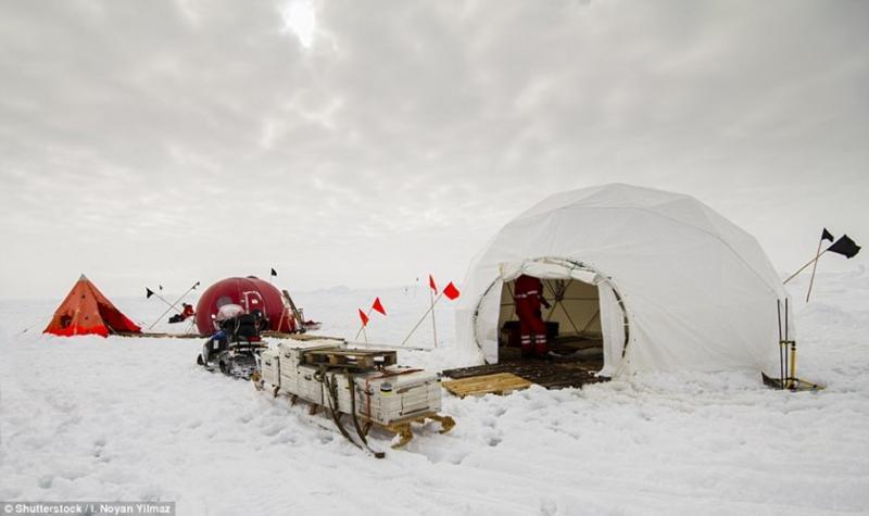 """Nam Cực là một trong những khu vực hiếm hoi cuối cùng trên Trái đất chưa bị ngành công nghiệp du lịch """"chiếm lĩnh"""". Một số ít du khách đủ khả năng từng trải nghiệm việc cắm trại qua đêm tại đây."""