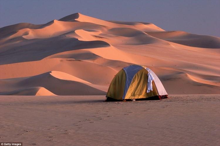 Một số người thích trải nghiệm cắm trại giữa những cồn cát. Sa mạc Sahara là một địa điểm lý tưởng để du khách trải nghiệm loại hình này.