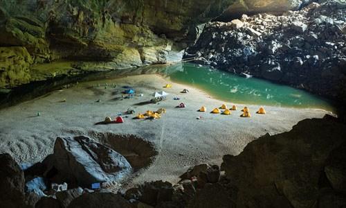 Hang Sơn Đoòng được tờ DailyMail của Anh bình chọn là một trong những địa điểm cắm trại lý tưởng nhất. Sơn Đoòng được ca ngợi là một trong những hang động tự nhiên lớn nhất thế giới. Theo DailyMail, du khách sẽ mất khoảng 1.800 bảng Anh (khoảng 53 triệu đồng) để cắm trại tại đây.