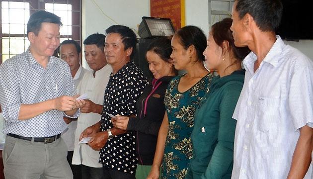Người dân xã Bắc Trạch, huyện Bố Trạch (Quảng Bình) nhận thẻ BHYT hỗ trợ sau sự cố ô nhiễm môi trường biển.