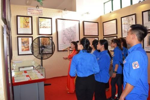Triển lãm thu hút đông đảo người dân, các em học sinh... tham gia.