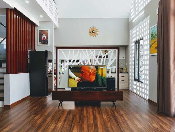 Tầng một là phòng khách và phòng bếp thiết kế tuyệt đẹp.