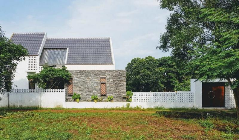 Trên diện tích hơn 200 m2, kiến trúc sư chỉ xây một ngôi nhà trên bề mặt 110m2, bao gồm một tầng và một tầng gác mái. Ngôi nhà có một phòng khách, nhà bếp, 3 phòng ngủ, phòng thờ, khu vệ sinh, khu vực giặt đều có diện tích rất rộng.