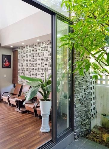 Chất liệu gạch đá và gạch lót được kết hợp rất ăn ý tạo điểm nhấn cho ngôi nhà.
