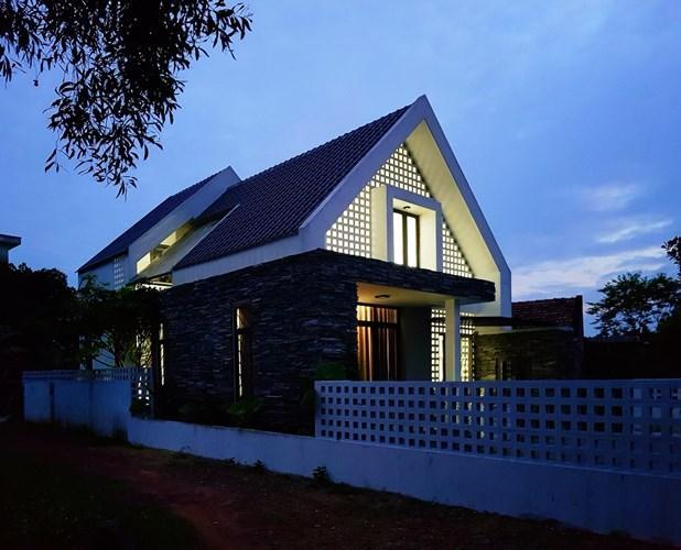 Ngôi nhà vào ban đêm trở nên lung linh, nổi bật nhờ ánh sáng lọt qua bức tường lỗ vuông độc đáo.