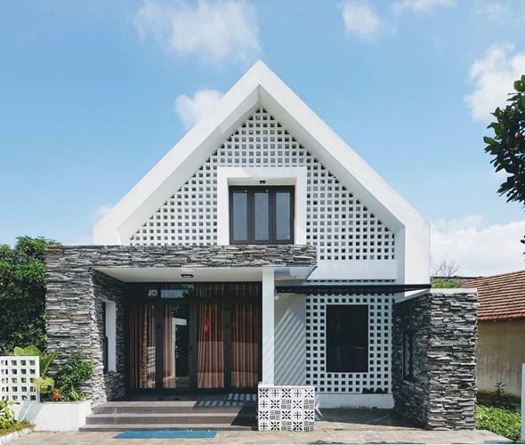 Gạch ốp lát từ Huế đã tạo nên nét duyên dáng cho mặt tiền ngôi nhà.