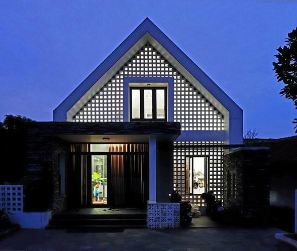 Ngôi biệt thự nhà vườn được xây dựng trong khuôn viên đất rộng 200 mét vuông ở Quảng Bình được Tạp chí kiến trúc Archdaily hết lời khen ngợi bởi kiến trúc độc đáo đan lẫn giữa nét hiện đại và thôn quê dân dã.