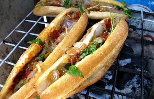 Bánh bột lọc không còn xa lạ gì với du khách đến miền Trung, nhưng ở Quảng Bình có món ăn khá độc đáo là bánh mì kẹp bột lọc. Những viên bột lọc nhân tôm và nhân đậu xanh được chủ quán nhanh tay bỏ vào trong bánh mì còn nóng, chan thêm nước sốt cay. Món ăn này được nhiều du khách tò mò mua thử khi đến chợ Đồng Hới. Phần bột lọc có độ dai vừa phải, tôm đậm đà, nhân đậu xanh mềm và ngọt, tạo nên một món ăn dân dã nhưng có sức hút. Một phần có giá 10.000 đồng. Ảnh: giadinh.