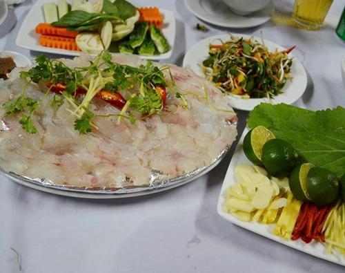 Gỏi cá là món ăn không phải ai cũng dám thử nhưng khi đã ăn thì sẽ rất mê mẩn. Cá làm gỏi thường là cá mú, cá mai được đánh sạch vảy, cắt bỏ đầu, đuôi, sau đó, dùng dao mổ dọc theo lườn, rút bỏ xương và thái lát mỏng, xếp vào đĩa mang ra cho thực khách. Khi đó chính thực khách làm chín bằng cách nhúng vào nước cốt chanh, rồi cuốn bánh tráng kèm các loại rau. Khi ăn thấy rõ vị ngọt thịt của cá. Gỏi cá được bán nhiều ở các quán hải sản trong trung tâm TP Đồng Hới, quán ăn trên thuyền ở sông Nhật Lệ. Một đĩa có giá 100.000-150.000 đồng. Ảnh: Má Lúm.