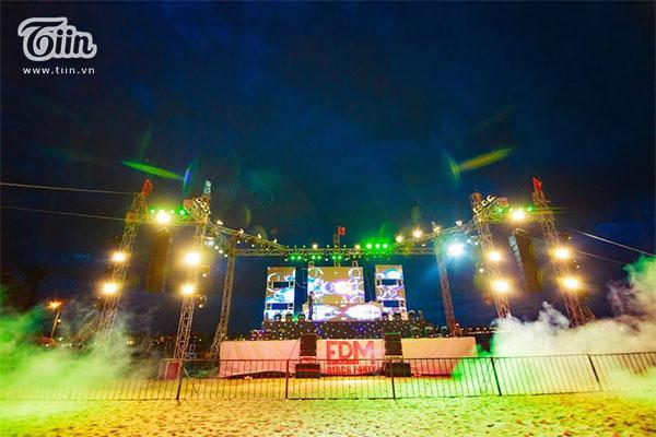 Tối 24/6 vừa qua, một lễ hội âm nhạc điện tử ở bãi biển đầu tiên được tổ chức tại Quảng Bình đã thu hút rất lớn các bạn trẻ tham gia.
