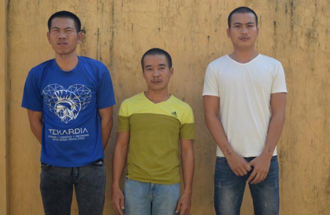 Tuấn, Văn và Quỳnh (từ trái sang) đạng bị tạm giam tại công an huyện Bố Trạch. Ảnh: Văn Được.