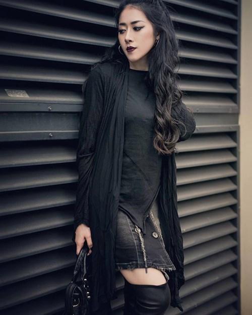 Với gout thẩm mỹ tốt cộng với thân hình quyến rũ, hot girl Quảng Bình không khó để chọn cho mình một hướng thời trang mang đậm chất riêng bao gồm: độc, lạ, mạnh mẽ và quyến rũ.