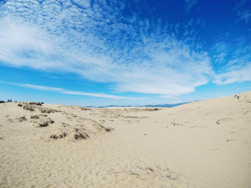 Cát ở đây có nhiều màu. Đồi cát được kiến tạo nên từ mỏ sắt cổ đã tồn tại hàng trăm năm, nên có màu chủ đạo là màu vàng. Cho đến nay, có tới 18 màu cát hoàn toàn tự nhiên được tìm thấy ở đây.