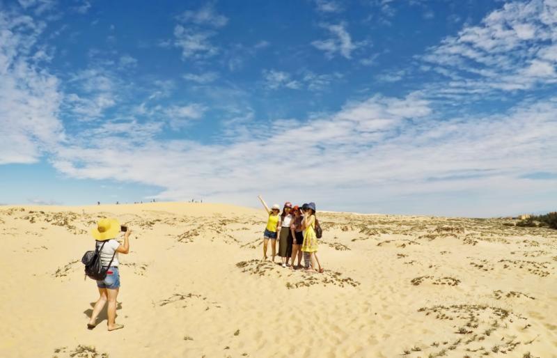 Đến với đồi cát Quang Phú, du khách sẽ được chinh phục những đồi cát có độ cao gần 100 m, và chiêm ngưỡng vẻ đẹp hùng vĩ được tạo ra bởi gió và cát.