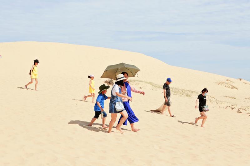 Với lợi thế khung cảnh miền biển cát hùng vĩ, thời gian gần đây tỉnh Quảng Bình đã đẩy mạnh phát triển du lịch bằng nhiều sản phẩm mới lạ, trong đó trò chơi trượt cát đang thu hút nhiều khách du lịch tham gia.