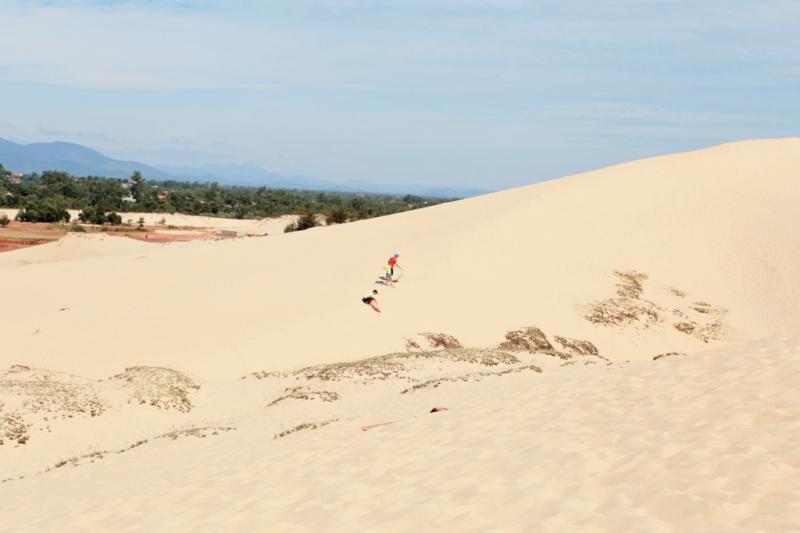 Trong khi chiêm ngưỡng vẻ kỳ vĩ, ngoạn mục của những cồn cát dài vô tận, du khách có thể tham gia nhiều hoạt động ngoài trời hấp dẫn trên cát như trượt cát, hay ngắm cảnh biển. Với loại ván trượt đơn giản như mo cau, giấy cứng, ván nhựa sẽ mang đến cho du khách một cảm giác thư giãn hoàn toàn mới. Hiện nay ở đây có dịch vụ cho thuê ván trượt với giá 30.000 đồng.