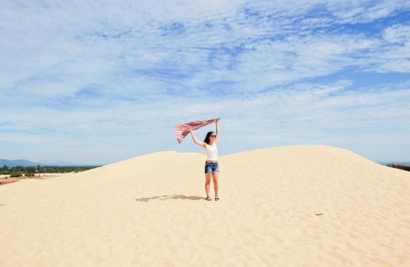 Phong cảnh hùng vĩ của miền biển cát thu hút rất nhiều bạn trẻ tìm đến đây, trải nghiệm sự quyến rũ ngọt ngào của gió và cát.