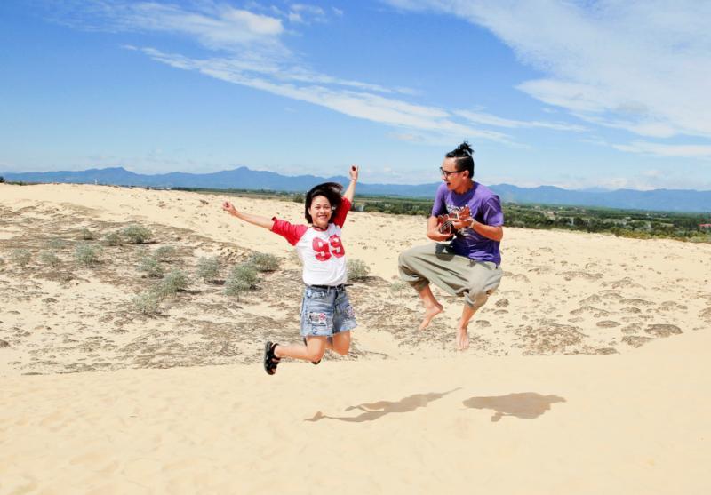 Đồi cát nằm cách biển Nhật Lệ khoảng 3 km về phía bắc. Vì hình dáng đồi cát thay đổi liên tục mỗi ngày, mỗi giờ do tác động của sức gió mạnh, mỗi thời điểm ghé thăm đồi cát Quang Phú, người ta lại có cơ hội được chiêm ngưỡng khung cảnh trong một diện mạo độc đáo, chẳng thể gặp lại ở những lần tiếp sau.