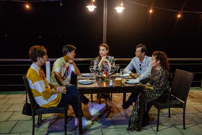 Nữ ca sĩ cùng mọi người thưởng thức bữa tối ấm cúng ở Đồng Hới.