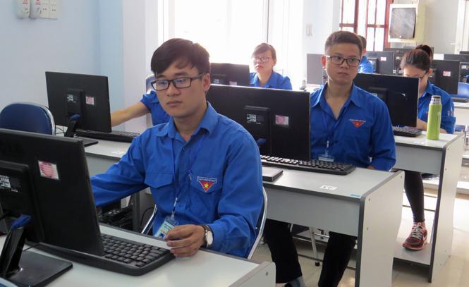 Các thí sinh thuộc khối cán bộ, công chức đang làm bài thi.