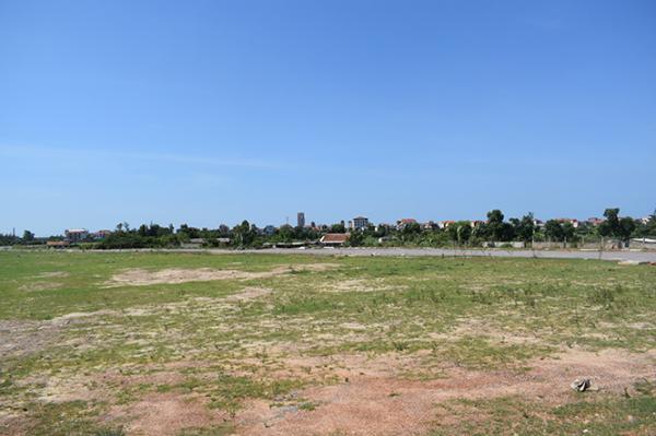 Quỹ đất khu vực phía bắc đường Trần Quang Khải được dành để thực hiện dự án đầu tư nhà ở cho người thu nhập thấp vẫn bỏ trống nhiều năm nay