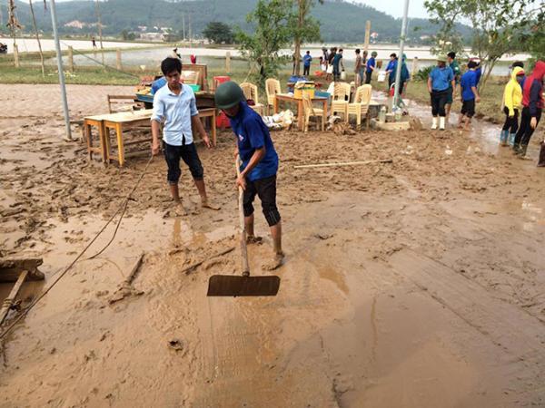Với tinh thần tình nguyện vì cộng đồng, tuổi trẻ Quảng Trạch luôn xung kích tổ chức các hoạt động khắc phục hậu quả thiên tai lũ lụt.