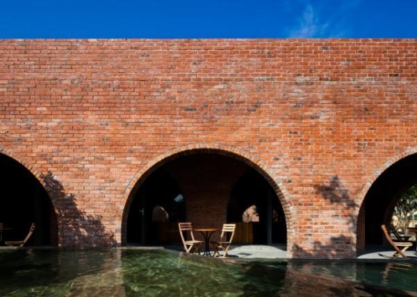 Lấy ý tưởng từ sự gần gũi của cổng làng ở miền quê Việt Nam và các cung điện cổ xưa, không gian chính của quán - ngay bên cạnh hồ nước - được thiết kế gồm 24 cổng vòm bằng gạch đỏ, sản xuất tại địa phương. Du khách tới đây, có thể thưởng thức cà phê bên những chiếc cổng vòm cong cong, duyên dáng.