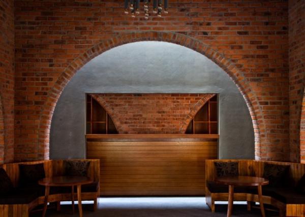 Bên cạnh đó, cổng vòm ngăn cách với hành lang bằng một lớp kính có thiết kế cửa cho phép mở ra đón gió vào những nắng nóng.