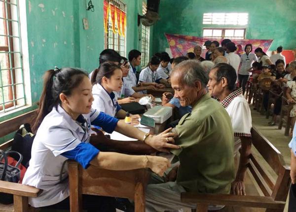 Bà con thôn Đồng Phú (Đồng Hóa, Tuyên Hóa) được khám chữa bệnh, cấp phát thuốc miễn phí.