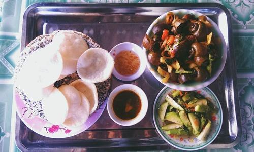 Ốc chiên Quảng Bình là món không dành cho người ăn cay kém. Ảnh: Phiêu Linh