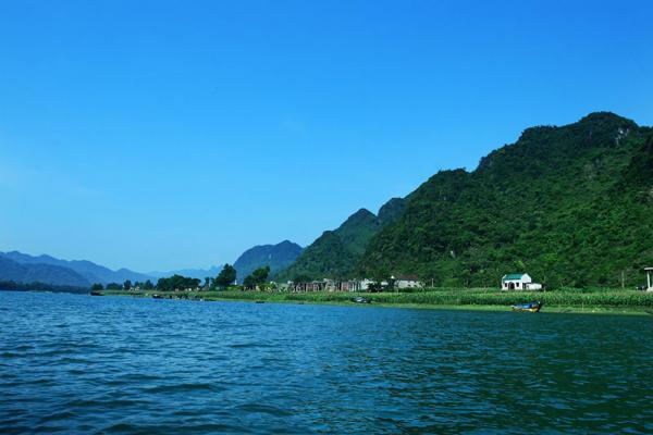 Sông chảy hoàn toàn trên địa phận tỉnh Quảng Bình. Một phần thượng nguồn của sông dài 7.729m, chảy ngầm trong các núi đá vôi ở phía tây Quảng Bình. Ảnh: Nguyễn Hoàng.